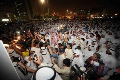 مئات الكويتيين يطالبون باستقالة رئيس